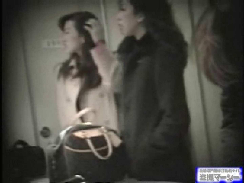 女盗撮師がコスプレ会場の厠に潜入しちゃいました! 潜入  80連発 36